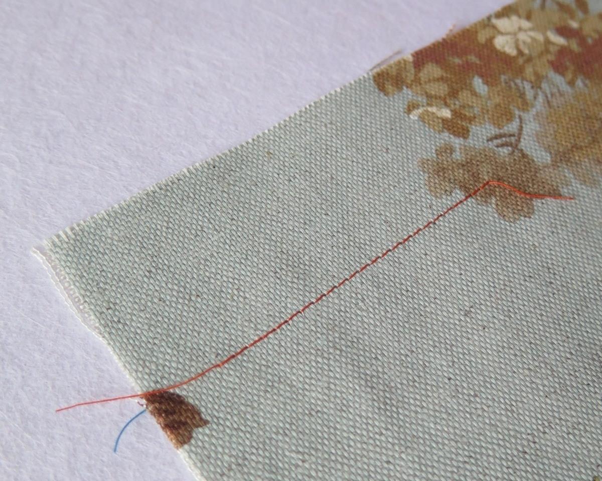 El pespunte, es un tipo de puntada con la que se hace una costura cuyas puntadas van unidas, no hay separación entre una y otra. Podemos coser un pespunte a mano, volviendo la aguja hacia atrás después de cada punto, para que no haya hueco entre una y otra puntada. Es un punto resistente y duradero. También podemos coser un pespunte a máquina, pudiendo regular el largo de puntada.-pespunte maquina