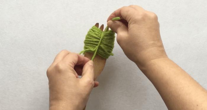 telas divinas-hacer pompones de lana-6