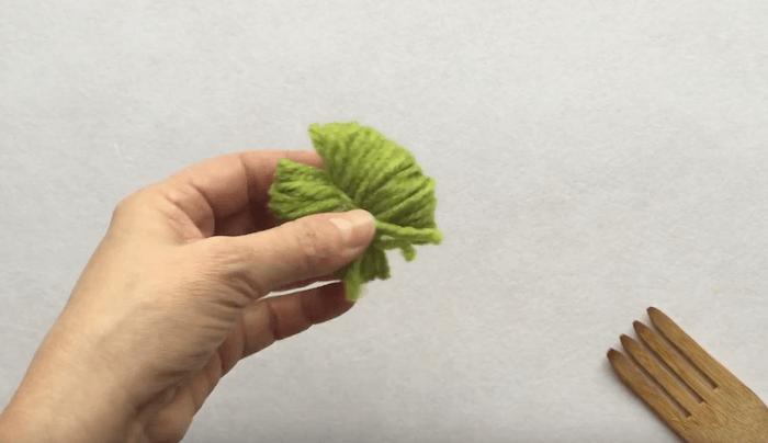 telas divinas-hacer pompones de lana-7