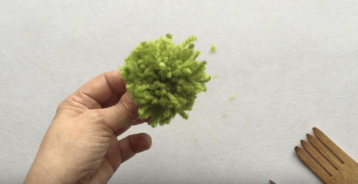 telas divinas-hacer pompones de lana-9