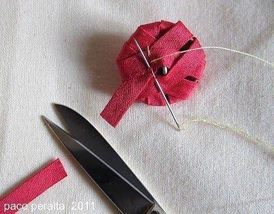 cómo forrar botones con cintas decorativas