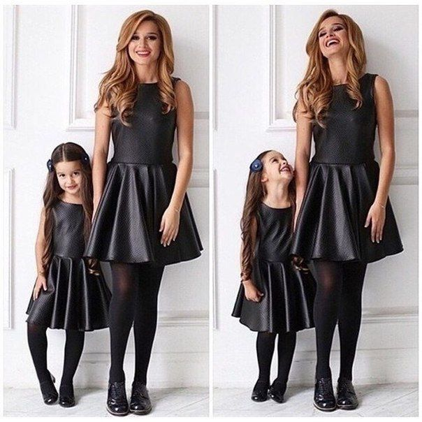 niñas vestidas como mama