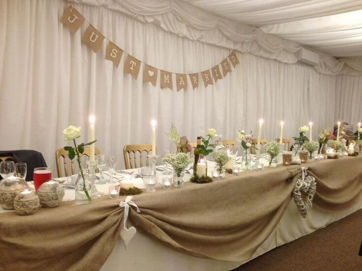 Mesa de boda decorada con tela de saco
